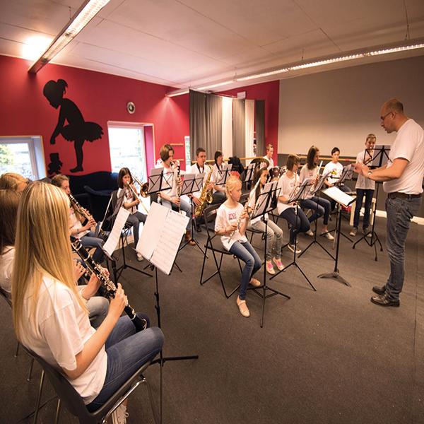 Dubbl'Arts, ensemble instrumental jouant dans la salle de danse